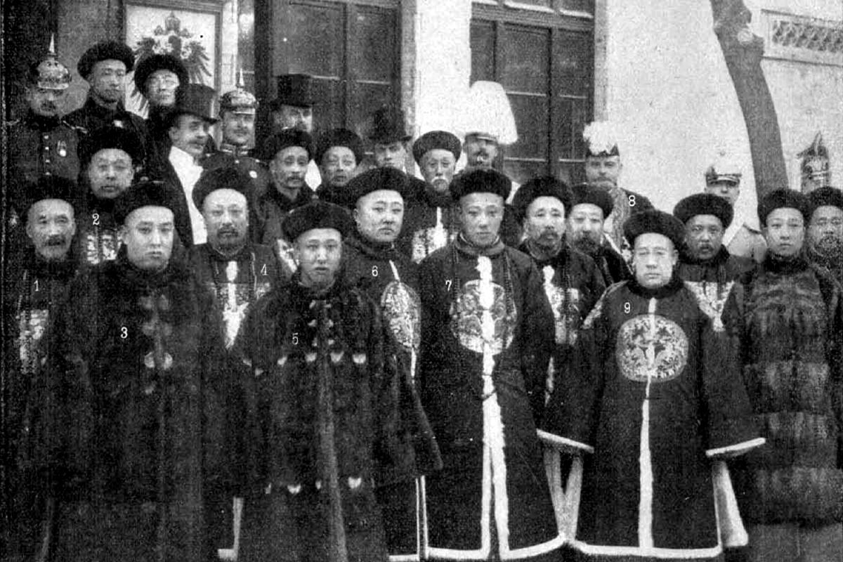 A gyász napjaiban a kínai kormány és a család tagjai felkeresik a német követséget. (Fotó: Tolnai Világlapja)