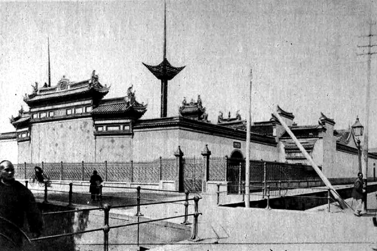 Egy pekingi buddhista templom a gyász napjaiban (Fotó: Tolnai Világlapja)