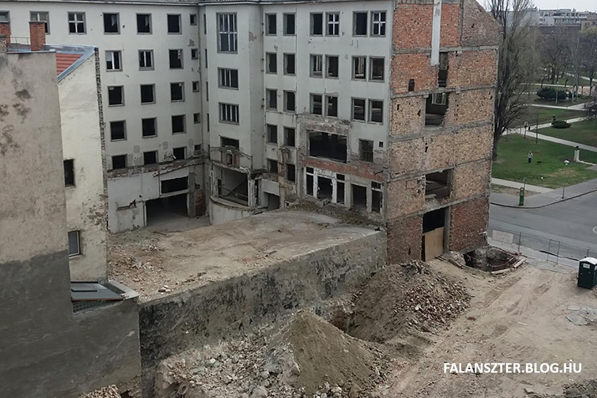 A bontás alatt álló egykori Köztársaság téri pártház, középen a betonkolosszus (Fotó: Dézsy Zoltán)