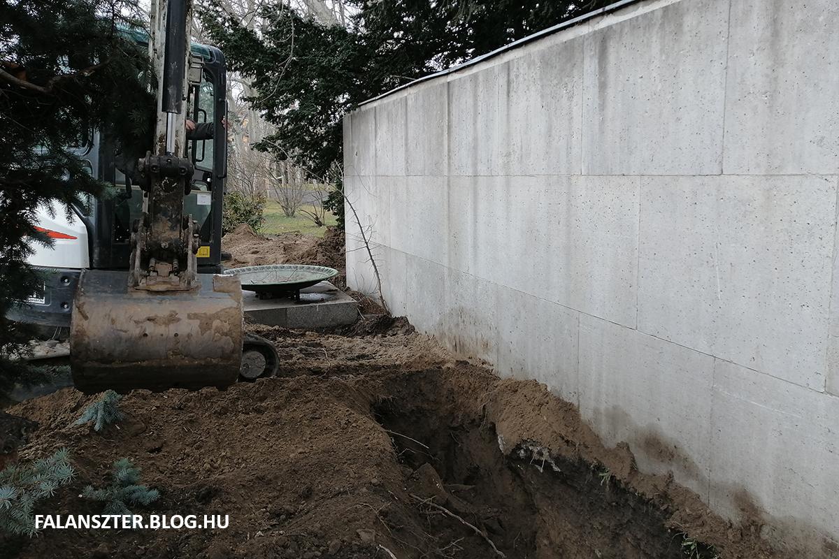 Hat méter mélyig jutottunk, Eddig ért csak le a markoló lapátja. A 2 méter magas építmény alapja még mindig sehol. Ez már bizonyító erejű tény, hogy nem szoboralapnak készült a műtárgy. Talán vészkijárat, vagy szellőző? (Fotó: Jamrik Levente/Falanszter.blog.hu)