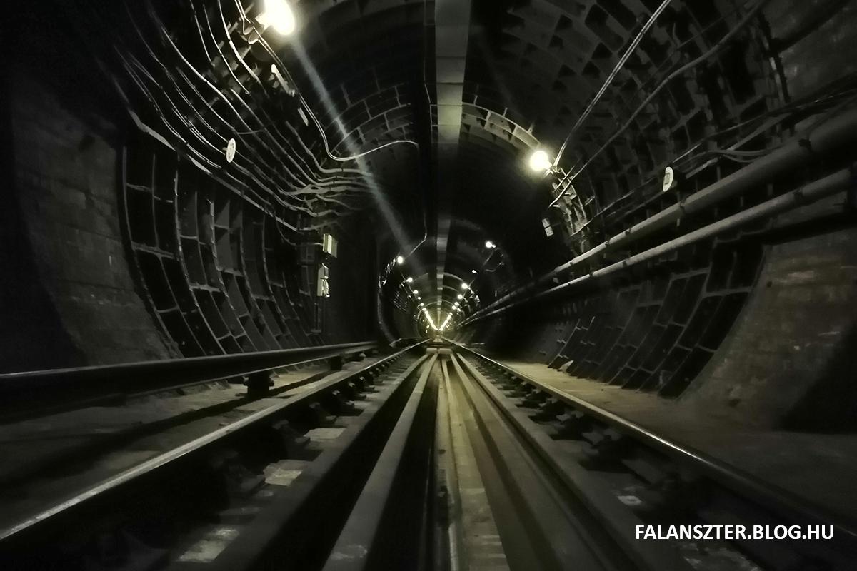 A 2-es metró szakasza a Baross tér felé nézve, a Kenyérmezei utcai 'anomália' után.(Fotó: Jamrik Levente/Falanszter.blog.hu)