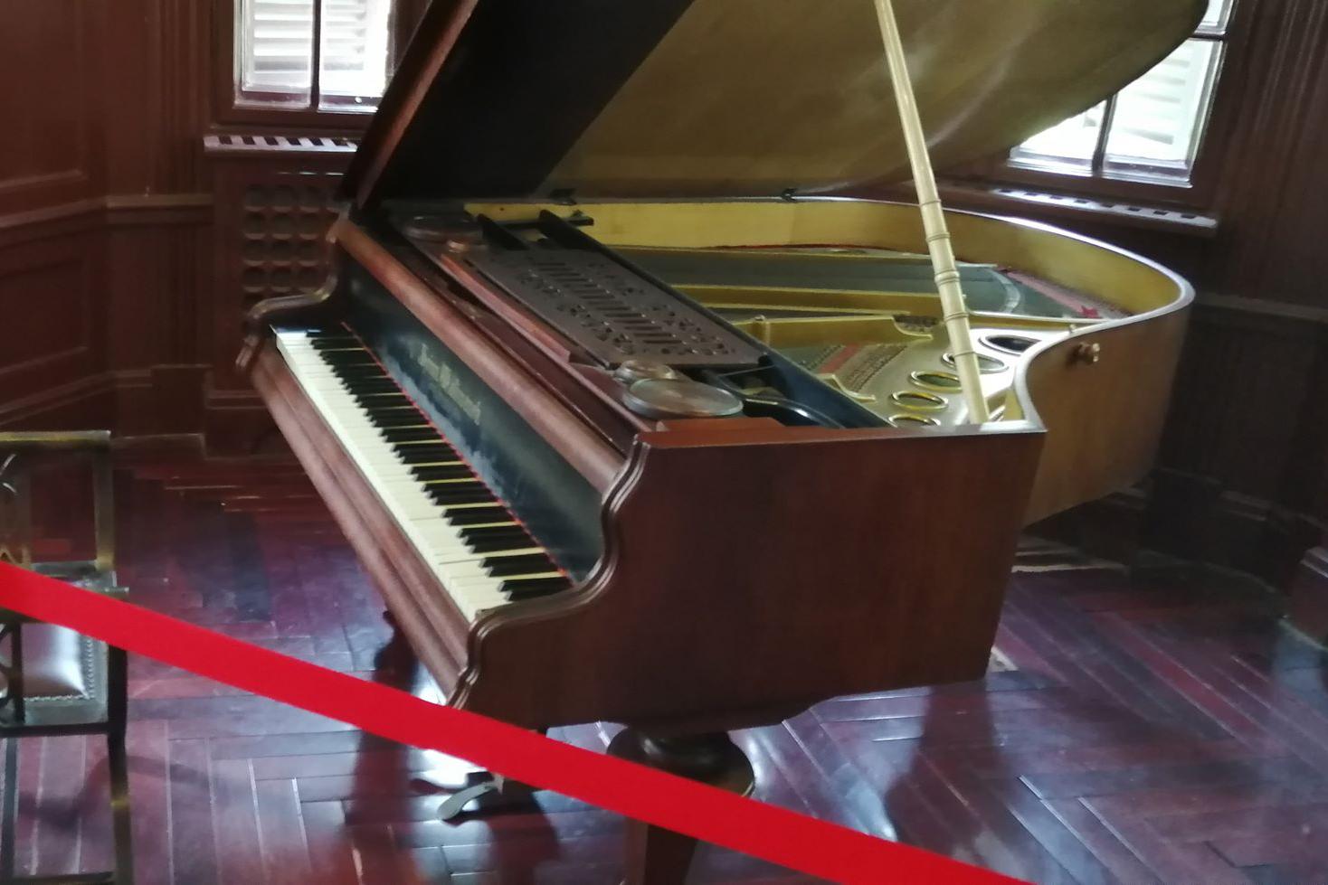 Jüan zongorája, természetesen csak díszként használta (Fotó: Rimányi Áron - Falanszter.blog)