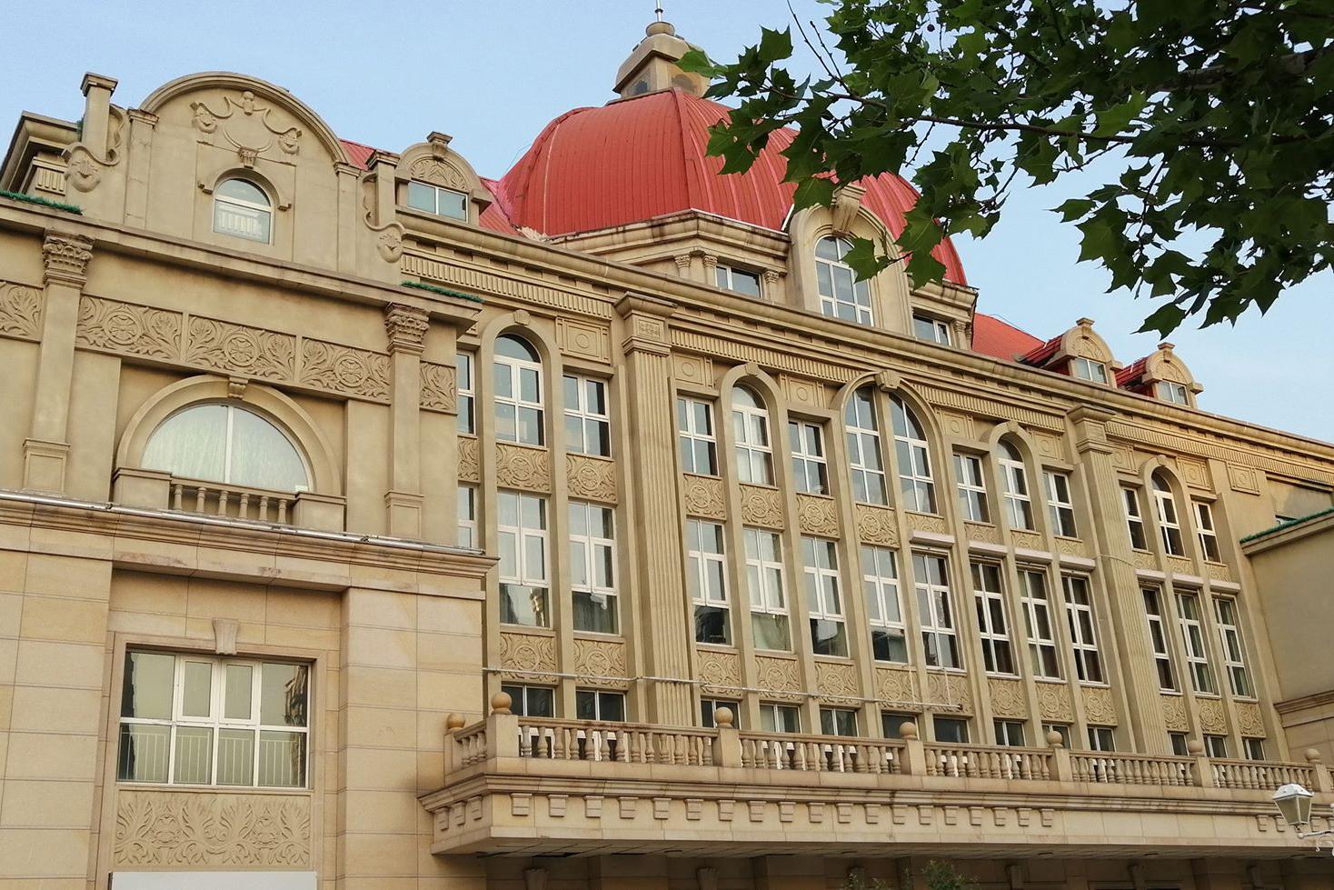 Az Osztrák-Magyar Monarchia birodalmi építészére hajazó pár éve átadott bérháza . (Fotó: Rimányi Áron - Falanszter.blog.hu)