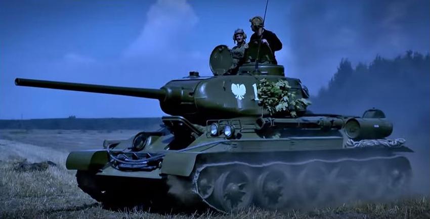 A Vörös Hadsereg kötelékében előretörő lengyel tank (Fotó: Magyar korridor - Varsó 1944 című film)