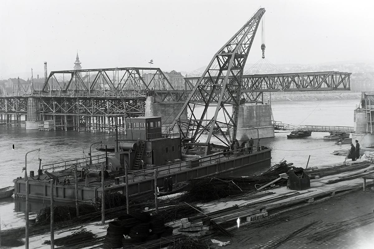 A 'József Attila' úszódaru 1946-ban beemeli a Kossuth híd egyik pesti hídelemét. (Fotü: Fortepan.hu/adományozó: Magyar Műszaki és Közlekedési Múzeum/Ganz gyűjtemény)