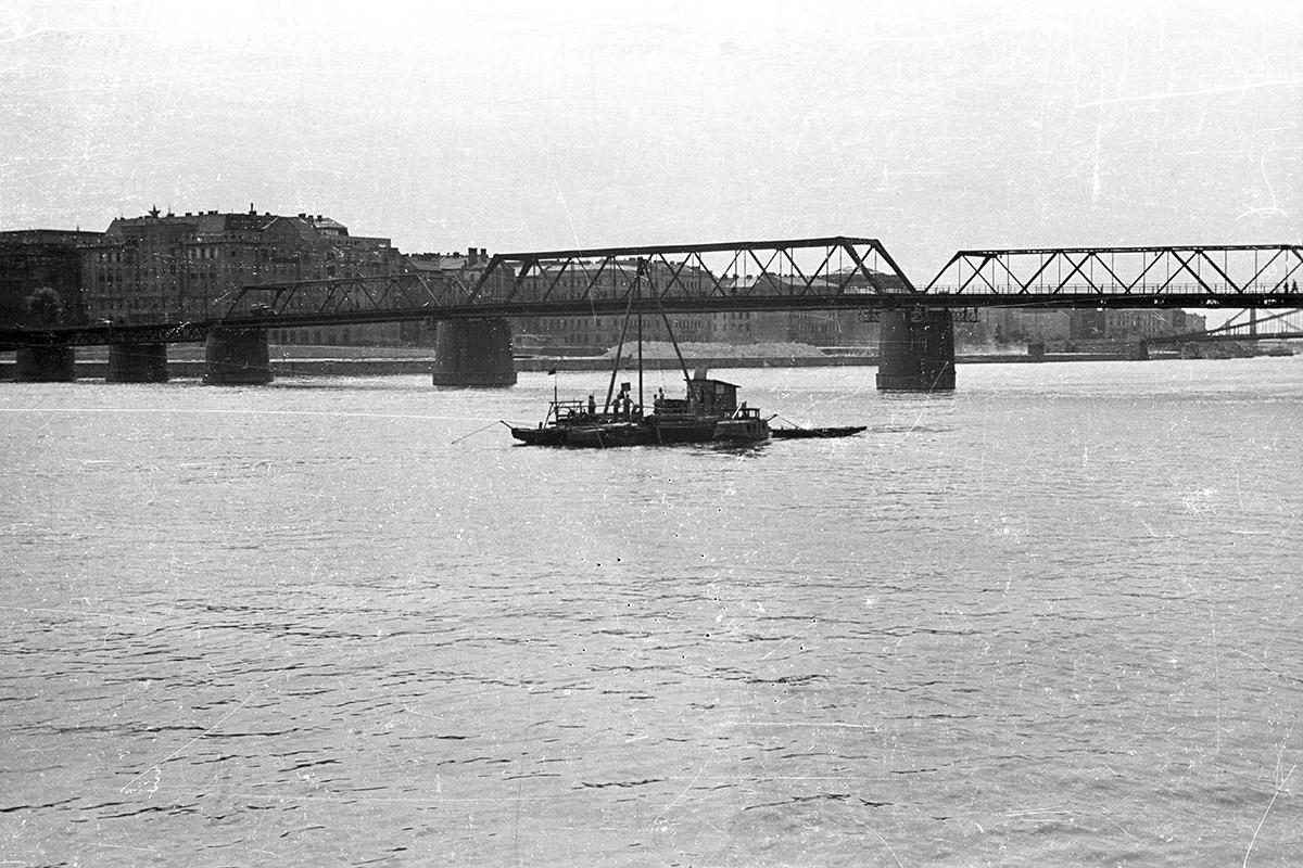 A Kossuth híd, előtérben a metróépítéshez szükséges talajkutató fúrás. (Fotó: Fortepan.hu/adományozó: UVATERV)