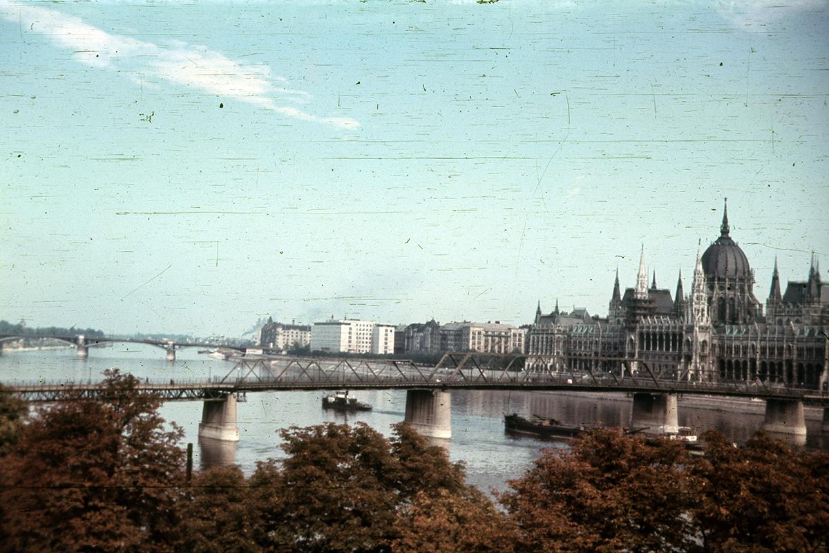 A Kossuth híd és a Parlament 1955-ben. (Fotó: Fortepan.hu/ adományozó:Heinzely Béla)