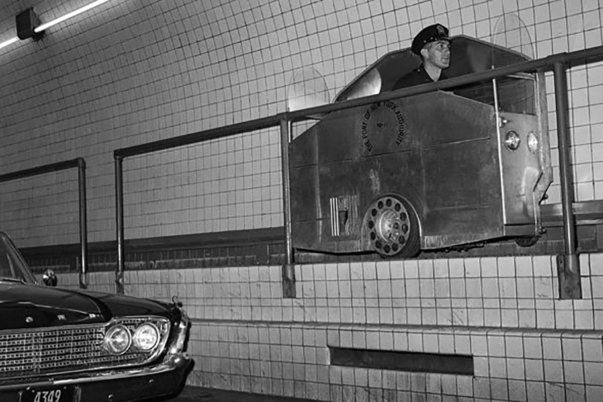 Alagúti sínautón közlekedő rendőr (Fotó: Pinterest.com)