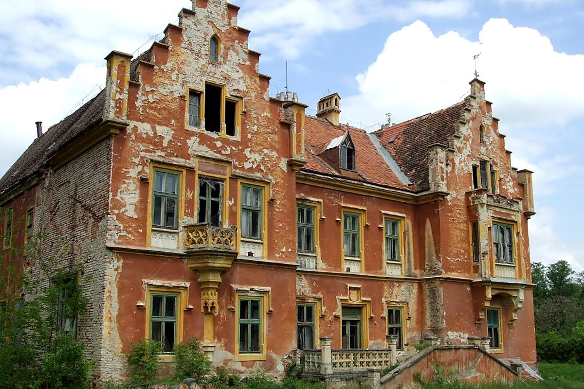 Az esküvő és a lakodalom helyszíne, a mikosszéplaki kastély napjainkban. (Forrás: Google.hu)