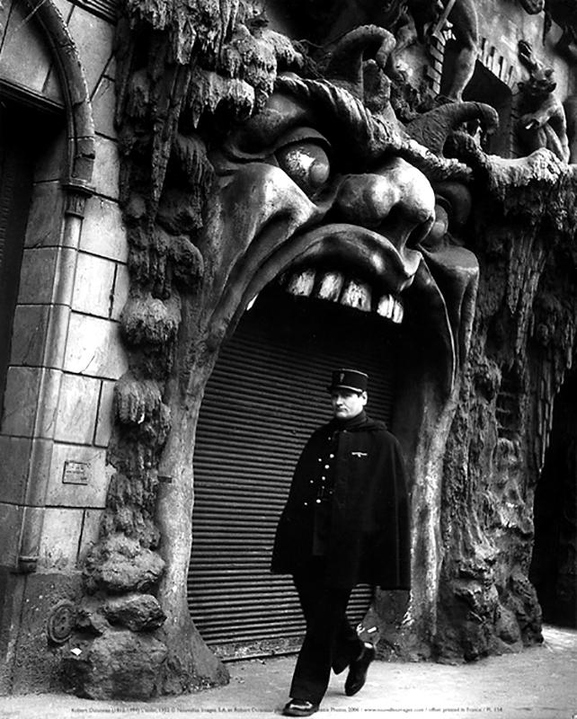 Korzózó rendőr a 30-as évek végén a Pokol bejárata előtt (Fotó: Artnet.fr)
