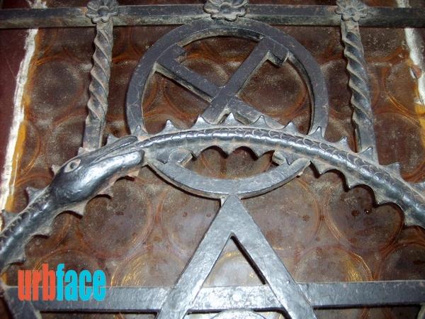 Horogkereszt, svasztika, azaz Napkerék a csillag fölött (Fotó: Urbface.com)