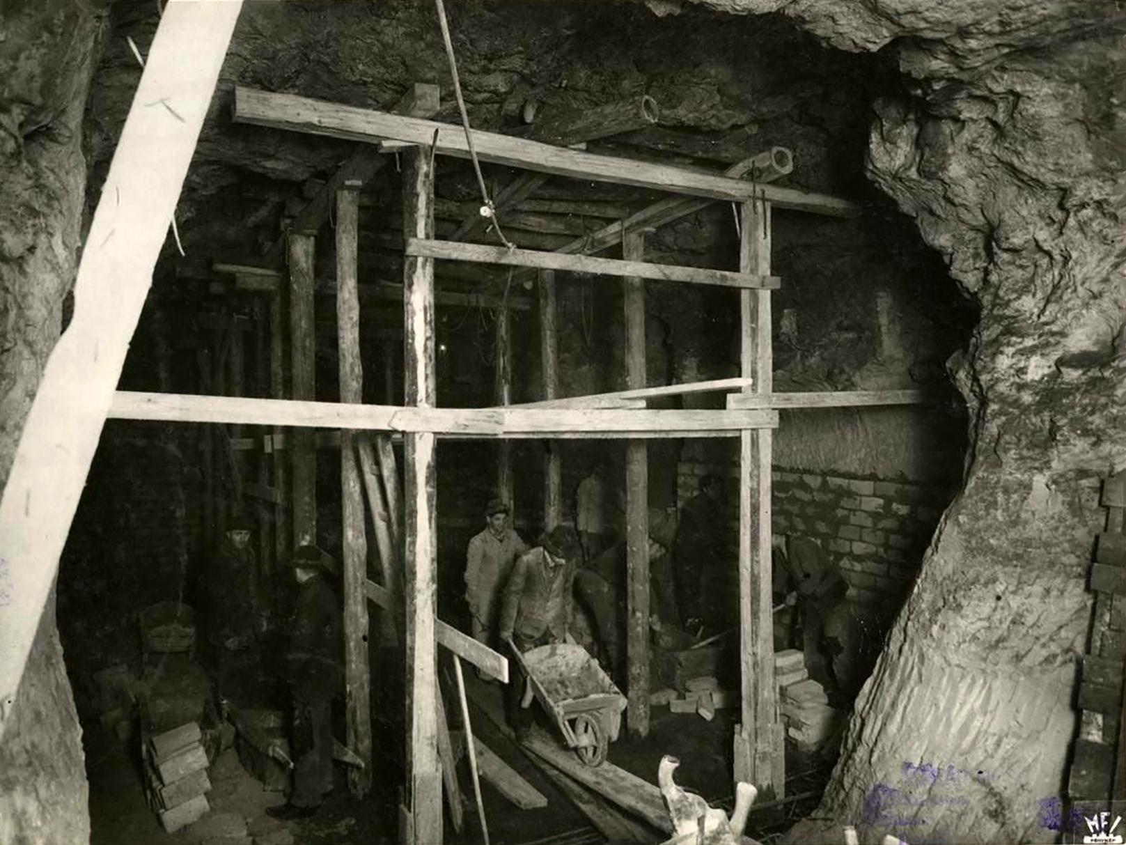 A budai Várnegyed alatti barlangrendszer északi és nyugati részének átépítése óvóhellyé, bombabiztos bunkerré. (Fotó: Magyar Filmiroda)