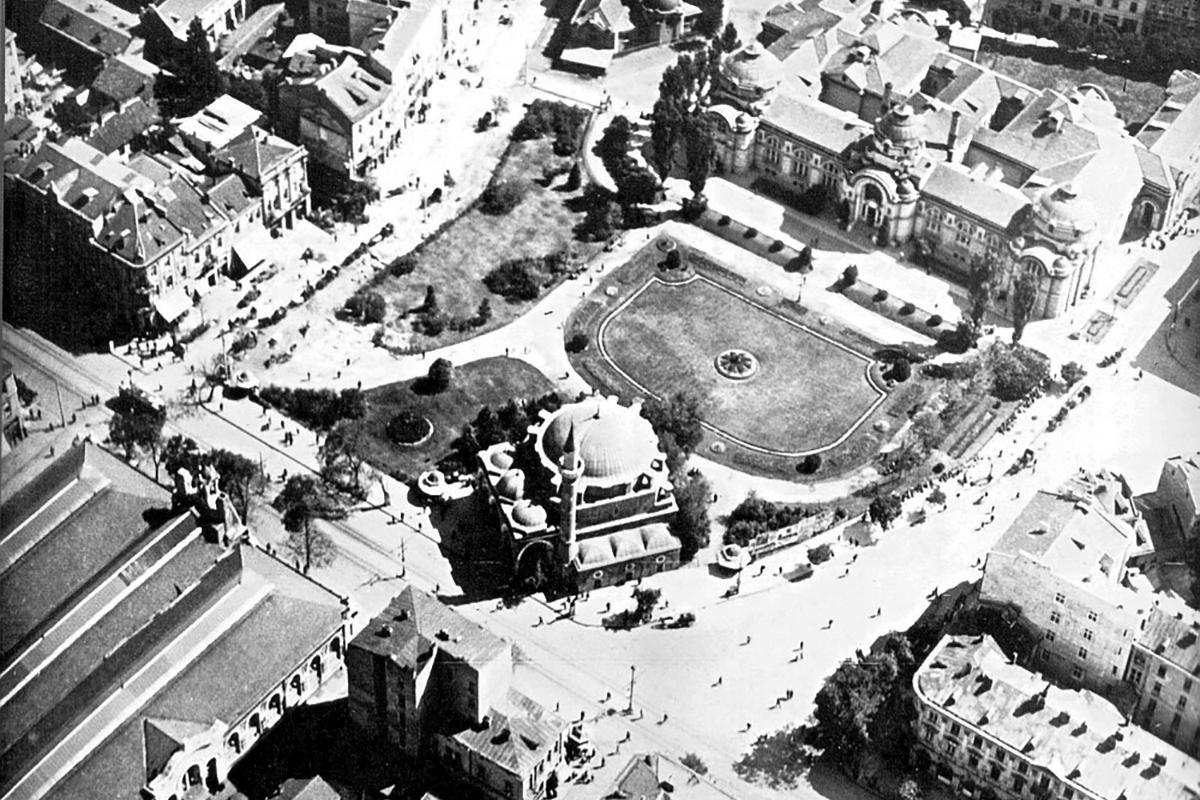 A Banyabasi mecset az egykor róla elnevezett tér sarkán 1920-ban. (Forrás: Stara-Sofia.com)