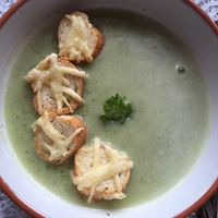 Kakukkfüves-tejszínes brokkolikrémleves