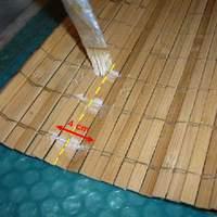 Hogyan kell elvágni a fonallal összeerősített bambusz roló alapanyagot?
