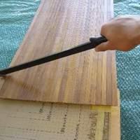 Hogyan kell elvágni a textilre ragasztott bambusz tapétát?