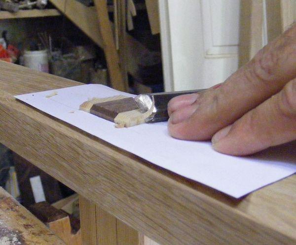 kézműve bútor - dolgozik a véső