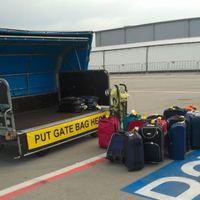 A Ryanair is erőszakkal elszedi a kézicsomagot