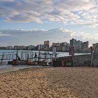 Döbbenetes szellemváros rohad a tengerparti napernyők mögött