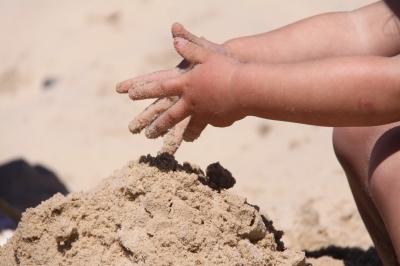 napozas-homokozo-gyermek-legett-gyerek-bor-nyaralas.jpg