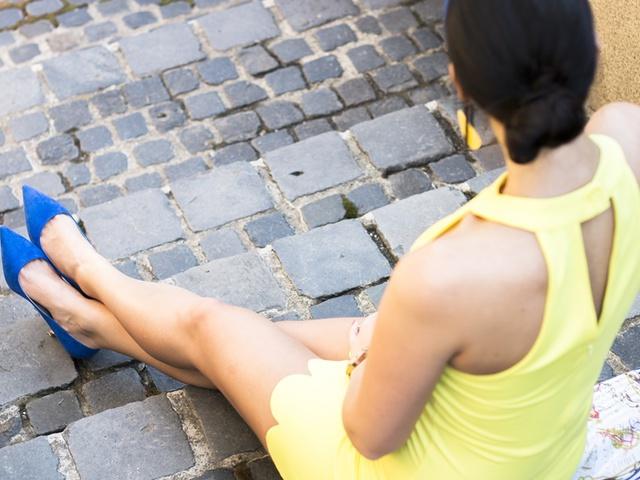 A sárga ruhás lány