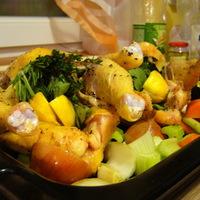 Ropogósra sült csirke zöldségágyon, salsa verdével