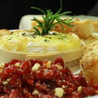 Dobozában sült camembert diós vörösáfonyával, rozmaringos kenyérrel