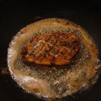 Kacsamell áfonyamártással diós galambsalátával