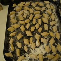 Gnocchi fokhagymás sajtmártással, mandulás húsgombóccal