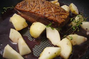 Vörösboros kacsamell vilmoskörtével, pak choi-jal, krumplipürével