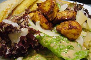 Rogan Yosh-sal fűszerezett csirkemellfalatok vegyes salátával