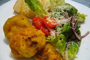 Sörtésztában sült zöldségek salátával