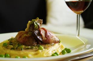 Vasárnapra, ebédre: Szalonnában sült csirkemáj, krumplipüré, zöldborsó