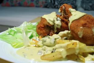 Vasárnapi ebéd - Rántott csirkecomb csípős sajtmártással