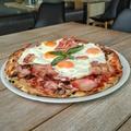 Reggelivel feldobott sonkás-gombás - Ham, Bacon & Eggs Pizza