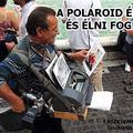A Polaroid él