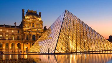 Piramis a város közepén