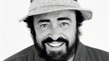 Pavarotti összevonja a szemöldökét