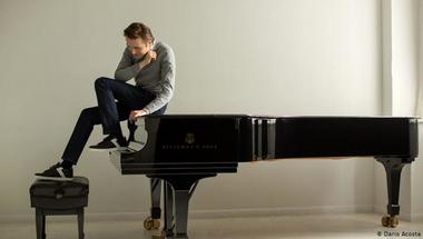 Táncoló fekete zongora