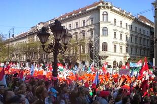 Az Operaház előtt
