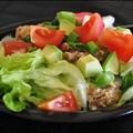 Tonhalas-avokádós saláta