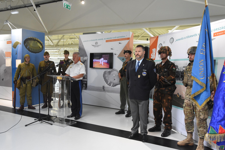 a3c893aecf78 A fent röviden vázolt történeti ívet mutatja be a szolnoki RepTár múzeumban  2018. augusztus 14-én megnyitott kiállítás, mely a magyar katonai  ejtőernyőzés ...
