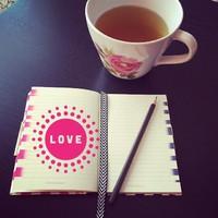 Reggel. Csend. Egy csésze finom tea és egy füzet, üres lapokkal. Ma mivel írjuk majd tele?