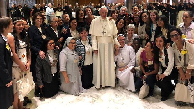 francisco-y-las-mujeres-del-sinodo_2170293027_14026474_667x375.jpg