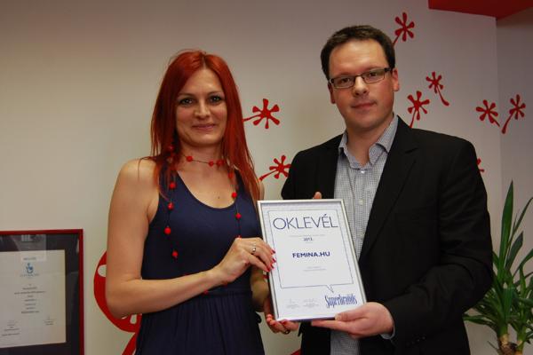 Pákozdi Gabriella átveszi a díjat Kövesdi Györgytől