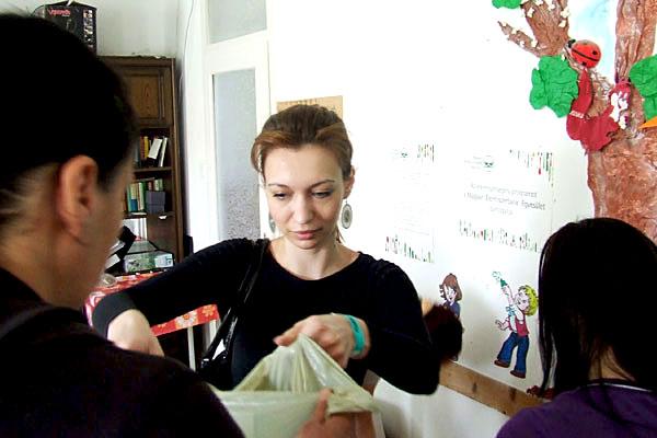Margó részt vesz az élelmiszerek kiosztásában