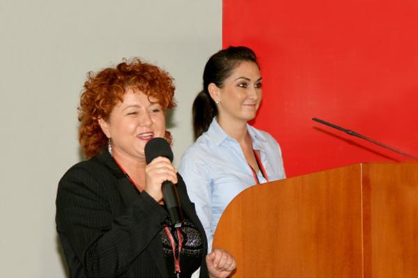 Rácz Brigitta és Szabó Mariann prezentál