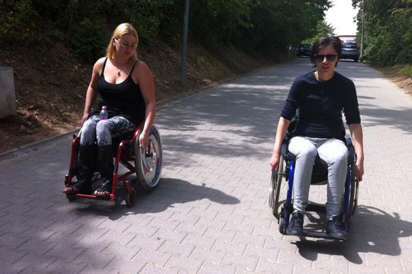 Élet a kerekesszékben: jobbra Oroszi Babett újságíró