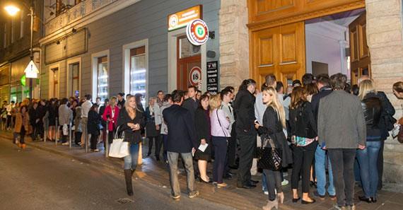 A VAM Design Center előtt már jóval kapunyitás előtt hosszú sorokban várakoztak a bejutásra.