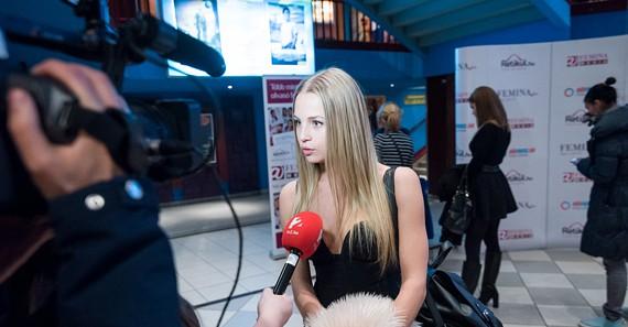 Iszak Esztivel éppen a TV2 készít interjút